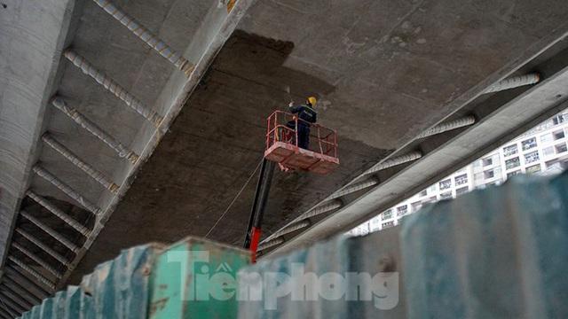 Công nhân đeo khẩu trang căng sức làm việc trên công trường đường vành đai 2 - Ảnh 14.
