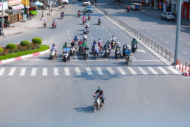 Đường vắng, người dân ở Sài Gòn vô tư vượt đèn đỏ - Ảnh 14.