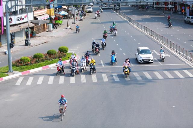 Đường vắng, người dân ở Sài Gòn vô tư vượt đèn đỏ - Ảnh 15.
