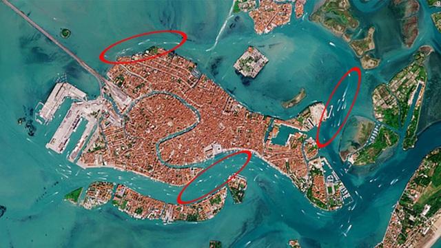 Venice trước và sau khi phong tỏa vì Covid-19 nhìn từ vũ trụ: Biểu tượng nước Ý bỗng trong xanh, sạch bóng tàu thuyền - Ảnh 3.