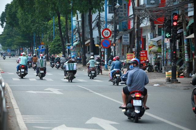 Đường vắng, người dân ở Sài Gòn vô tư vượt đèn đỏ - Ảnh 3.
