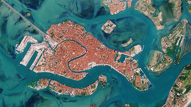 Venice trước và sau khi phong tỏa vì Covid-19 nhìn từ vũ trụ: Biểu tượng nước Ý bỗng trong xanh, sạch bóng tàu thuyền - Ảnh 4.