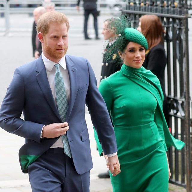 Meghan Markle cùng chồng lần đầu lộ diện ở Mỹ, đeo khẩu trang và găng tay đi phát thức ăn từ thiện nhưng gây chú ý với vẻ ngoài xuống sắc - Ảnh 4.