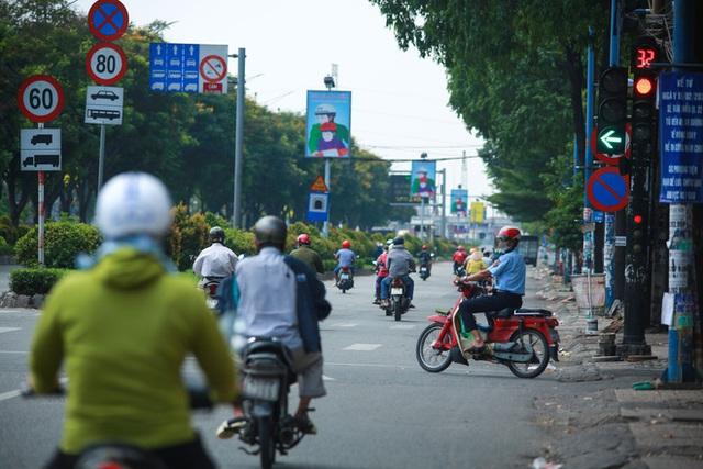 Đường vắng, người dân ở Sài Gòn vô tư vượt đèn đỏ - Ảnh 4.