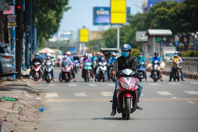Đường vắng, người dân ở Sài Gòn vô tư vượt đèn đỏ - Ảnh 5.