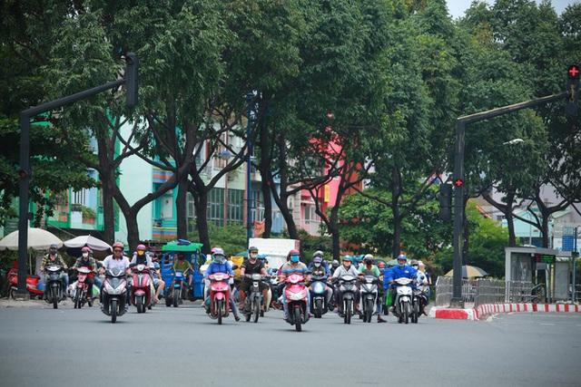 Đường vắng, người dân ở Sài Gòn vô tư vượt đèn đỏ - Ảnh 6.