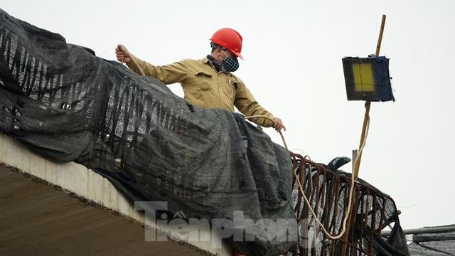 Công nhân đeo khẩu trang căng sức làm việc trên công trường đường vành đai 2 - Ảnh 7.