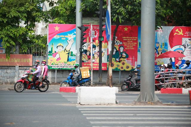 Đường vắng, người dân ở Sài Gòn vô tư vượt đèn đỏ - Ảnh 7.