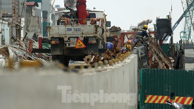 Công nhân đeo khẩu trang căng sức làm việc trên công trường đường vành đai 2 - Ảnh 8.