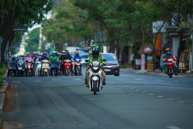 Đường vắng, người dân ở Sài Gòn vô tư vượt đèn đỏ - Ảnh 8.