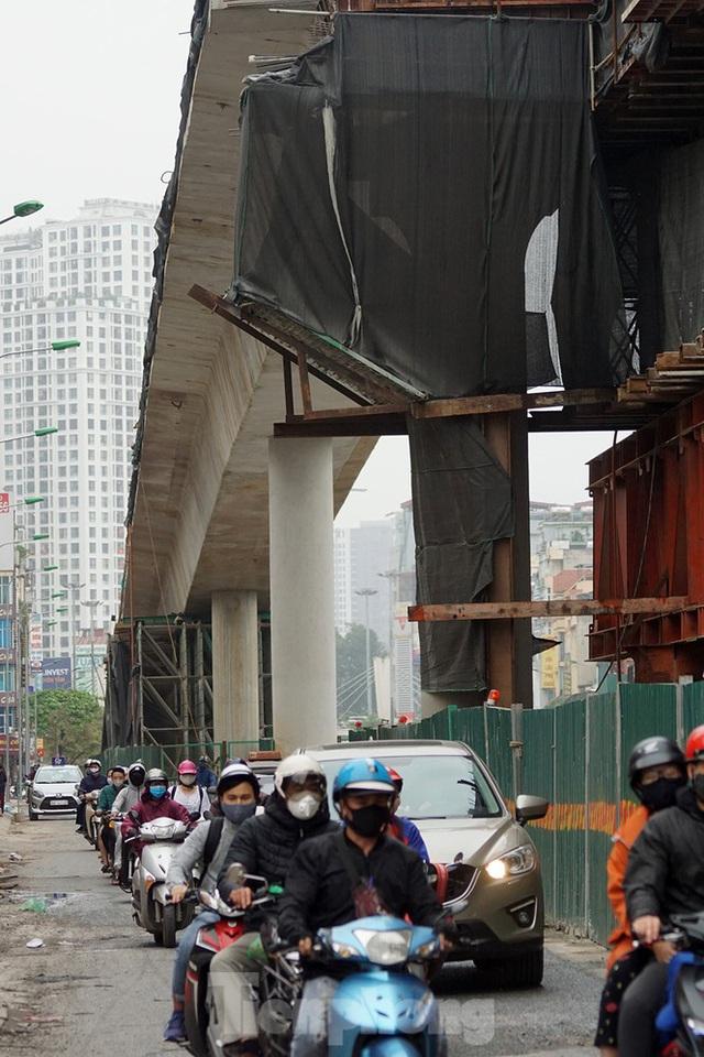 Công nhân đeo khẩu trang căng sức làm việc trên công trường đường vành đai 2 - Ảnh 9.