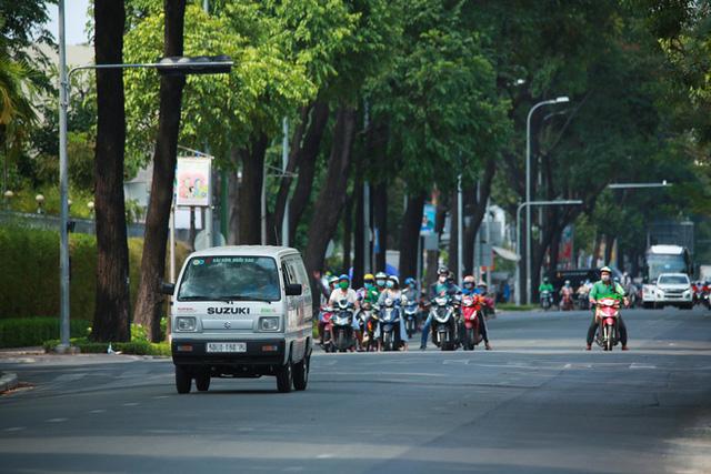 Đường vắng, người dân ở Sài Gòn vô tư vượt đèn đỏ - Ảnh 9.