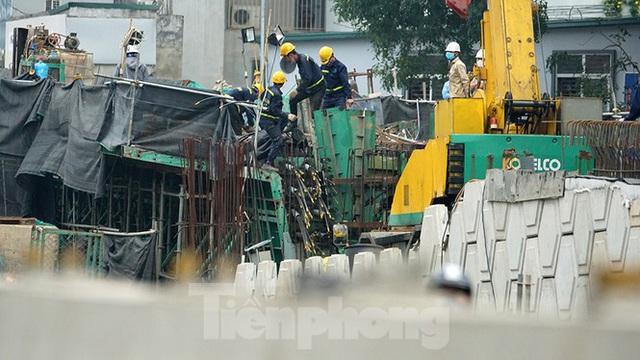 Công nhân đeo khẩu trang căng sức làm việc trên công trường đường vành đai 2 - Ảnh 10.