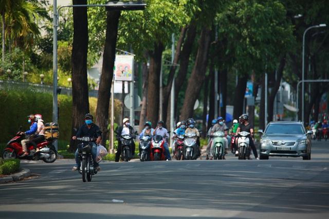 Đường vắng, người dân ở Sài Gòn vô tư vượt đèn đỏ - Ảnh 10.