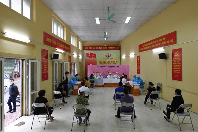 Kết quả xét nghiệm nhanh 610 tiểu thương, lao động bốc vác ở chợ Long Biên và 2 chợ đầu mối, đều âm tính SARS-CoV-2 - Ảnh 1.