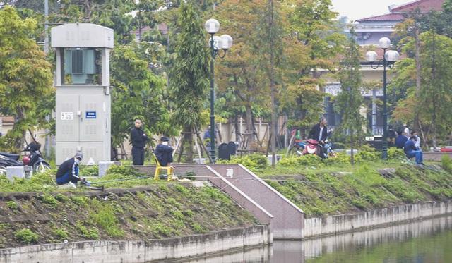 Hàng chục người thả cần câu cá ở Hà Nội trong ngày thứ 2 thực hiện cách ly toàn xã hội - Ảnh 1.