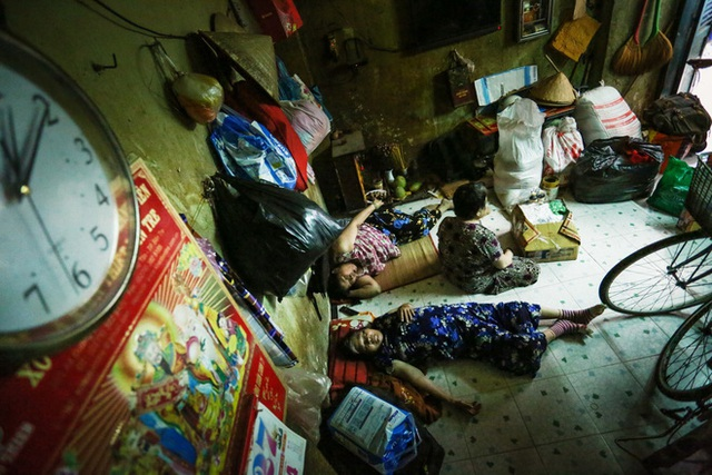 Bô lão vé số mùa Covid-19: Ba má ở Sài Gòn tiền lớn không có, chứ cơm rau người ta cho có thể sống qua ngày - Ảnh 4.