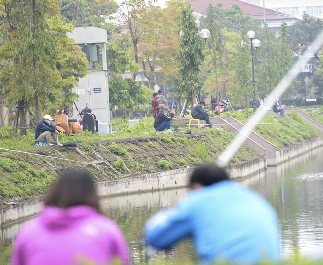 Hàng chục người thả cần câu cá ở Hà Nội trong ngày thứ 2 thực hiện cách ly toàn xã hội - Ảnh 3.