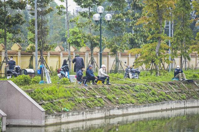 Hàng chục người thả cần câu cá ở Hà Nội trong ngày thứ 2 thực hiện cách ly toàn xã hội - Ảnh 4.