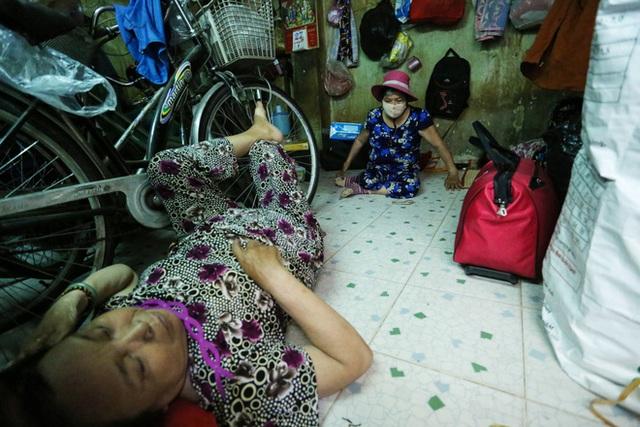 Bô lão vé số mùa Covid-19: Ba má ở Sài Gòn tiền lớn không có, chứ cơm rau người ta cho có thể sống qua ngày - Ảnh 10.