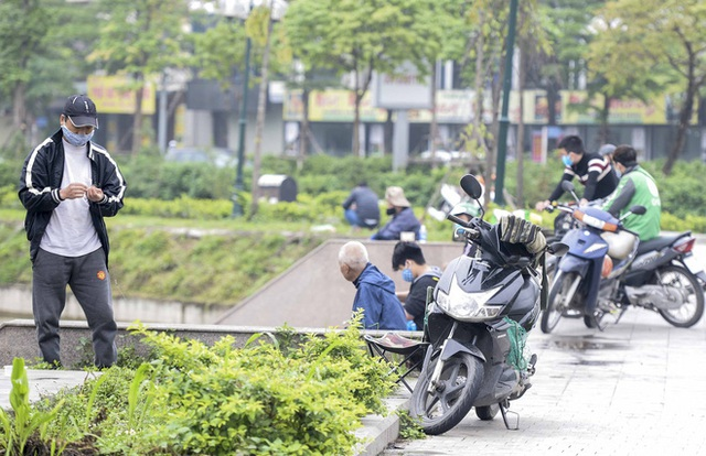Hàng chục người thả cần câu cá ở Hà Nội trong ngày thứ 2 thực hiện cách ly toàn xã hội - Ảnh 10.