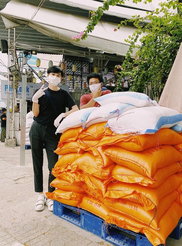 Chàng trai Việt bán poster chống dịch Ở nhà là yêu nước, đóng góp cho ATM gạo giúp người nghèo vượt đại dịch Covid-19 - Ảnh 3.