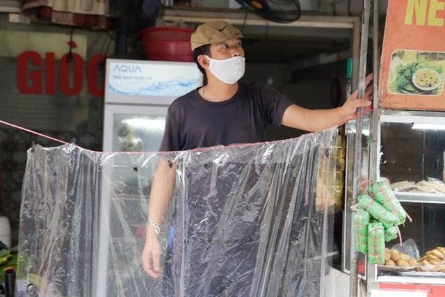 Đủ cách sáng tạo ở chợ mùa Covid-19: Người bán lập hàng rào nilon, đeo micro khi nói chuyện với khách - Ảnh 13.