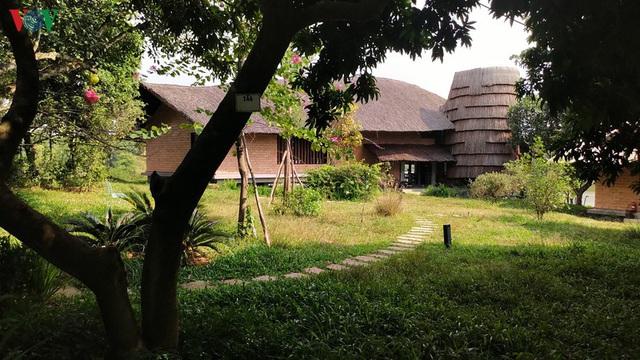 Độc đáo ngôi nhà ở nông thôn hình lưỡi liềm - Ảnh 4.
