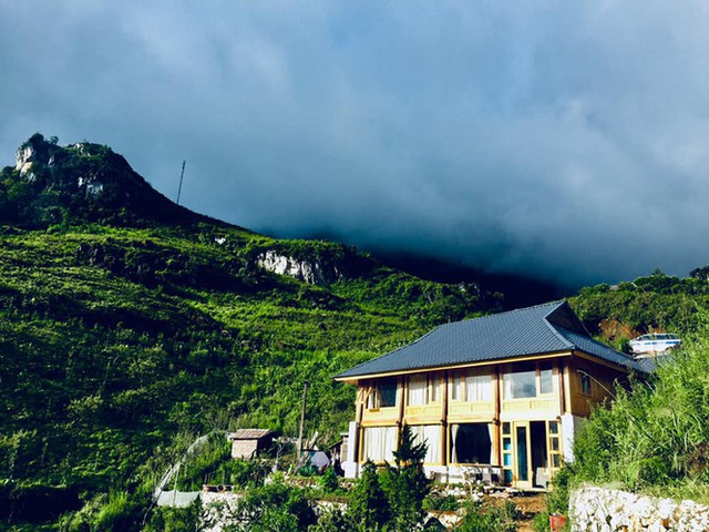 Đẹp ngỡ ngàng ngôi nhà gỗ săn mây trên đỉnh núi ở SaPa - Ảnh 1.