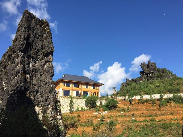 Đẹp ngỡ ngàng ngôi nhà gỗ săn mây trên đỉnh núi ở SaPa - Ảnh 2.