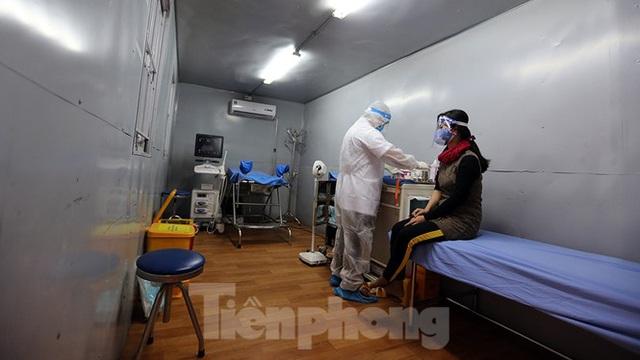 Cận cảnh phòng khám dã chiến bằng container ở bệnh viện phụ sản T.Ư - Ảnh 1.