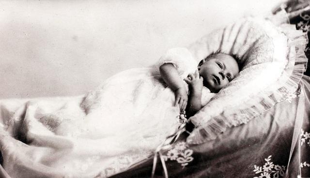 Nữ hoàng Elizabeth II: Từ công chúa sinh ra trong nhung lụa trở thành người phụ nữ quyền lực truyền cảm hứng cho hàng triệu trái tim - Ảnh 1.