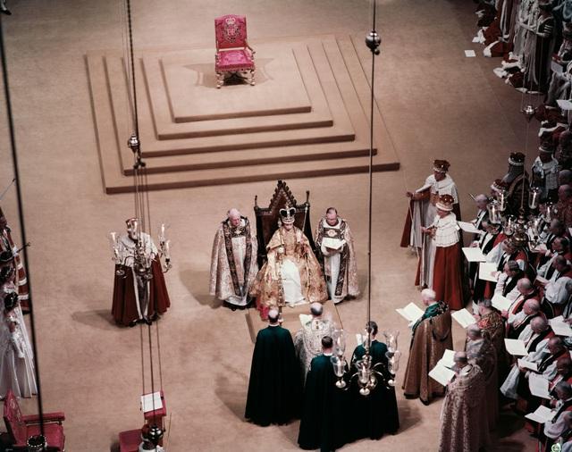 Nữ hoàng Elizabeth II: Từ công chúa sinh ra trong nhung lụa trở thành người phụ nữ quyền lực truyền cảm hứng cho hàng triệu trái tim - Ảnh 13.