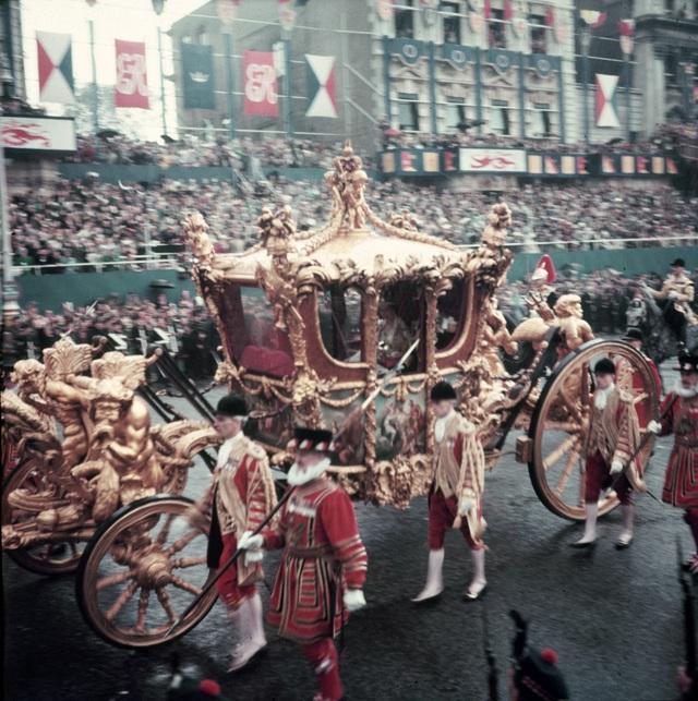 Nữ hoàng Elizabeth II: Từ công chúa sinh ra trong nhung lụa trở thành người phụ nữ quyền lực truyền cảm hứng cho hàng triệu trái tim - Ảnh 14.