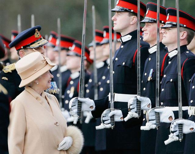 Nữ hoàng Elizabeth II: Từ công chúa sinh ra trong nhung lụa trở thành người phụ nữ quyền lực truyền cảm hứng cho hàng triệu trái tim - Ảnh 36.