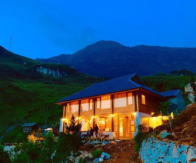 Đẹp ngỡ ngàng ngôi nhà gỗ săn mây trên đỉnh núi ở SaPa - Ảnh 5.