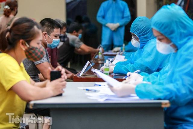 Hà Nội xét nghiệm COVID-19 toàn bộ tiểu thương chợ đầu mối Minh Khai - Ảnh 5.