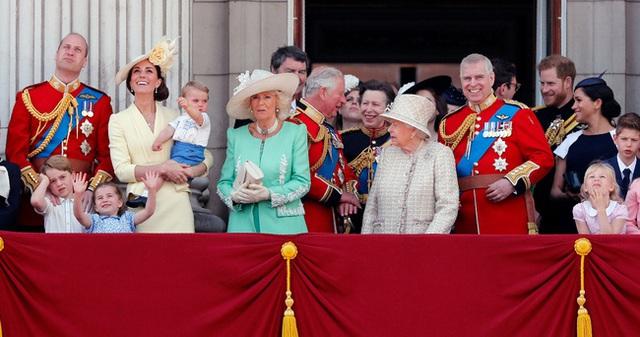 Nữ hoàng Elizabeth II: Từ công chúa sinh ra trong nhung lụa trở thành người phụ nữ quyền lực truyền cảm hứng cho hàng triệu trái tim - Ảnh 42.