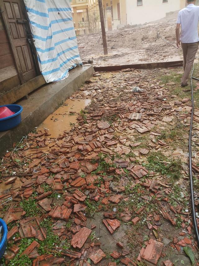 Mưa đá to bằng quả trứng, quả xoài ở Nghệ An khiến hàng trăm mái nhà thủng tan hoang - Ảnh 13.