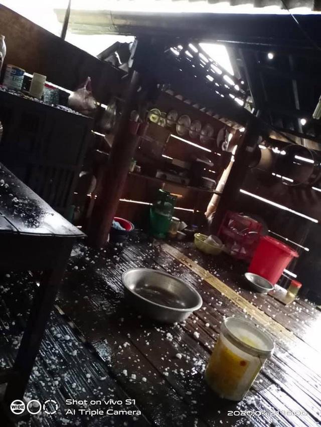 Mưa đá to bằng quả trứng, quả xoài ở Nghệ An khiến hàng trăm mái nhà thủng tan hoang - Ảnh 15.