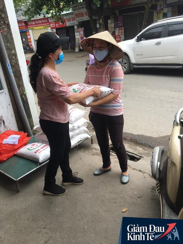 Gặp người chủ trọ ở Hà Nội tặng gạo, nước mắm cho khách thuê mùa dịch Covid-19 - Ảnh 4.