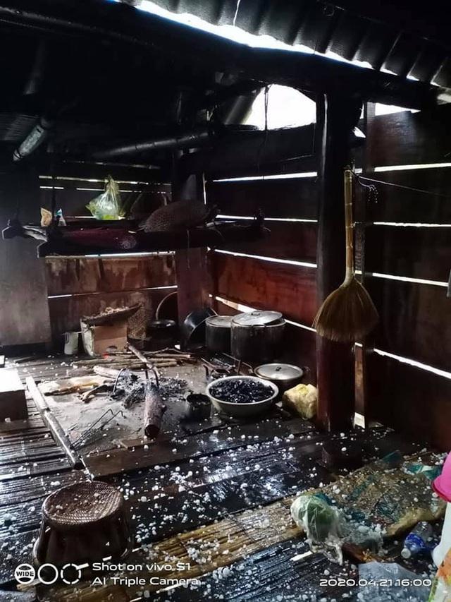 Mưa đá to bằng quả trứng, quả xoài ở Nghệ An khiến hàng trăm mái nhà thủng tan hoang - Ảnh 4.