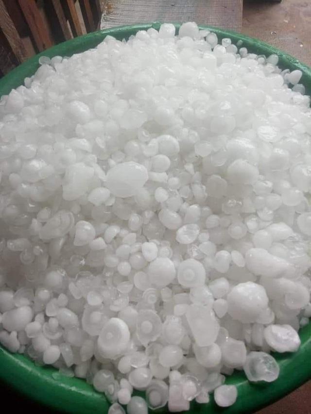 Mưa đá to bằng quả trứng, quả xoài ở Nghệ An khiến hàng trăm mái nhà thủng tan hoang - Ảnh 10.
