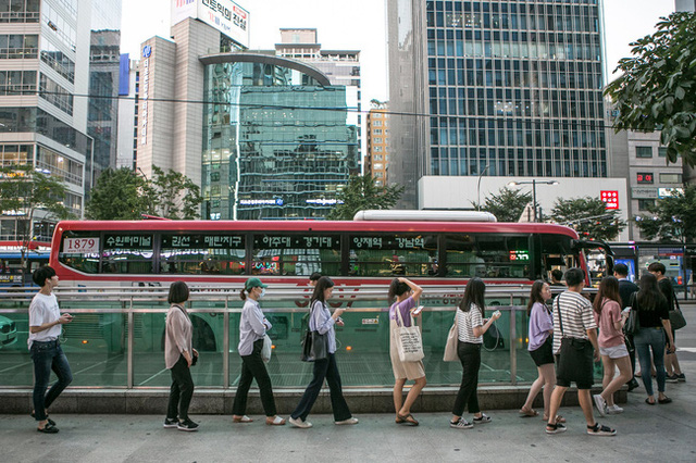 Đất nước không thiếu những khu phố ăn chơi xập xình nổi tiếng gần xa nhưng len lỏi trong đó là sự kiệt sức của con người Hàn Quốc - Ảnh 1.