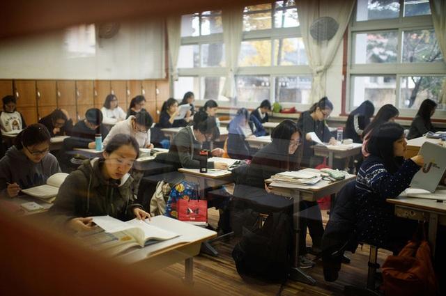 Đất nước không thiếu những khu phố ăn chơi xập xình nổi tiếng gần xa nhưng len lỏi trong đó là sự kiệt sức của con người Hàn Quốc - Ảnh 2.