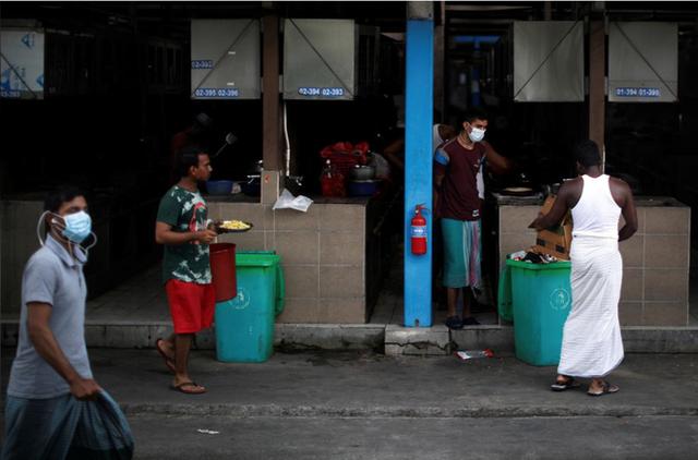 Cuộc sống bên trong ổ dịch Covid-19 lớn nhất Singapore: Hàng ngàn dân nhập cư sống chen chúc, chỉ cần 1 người nhiễm là quá đủ - Ảnh 2.