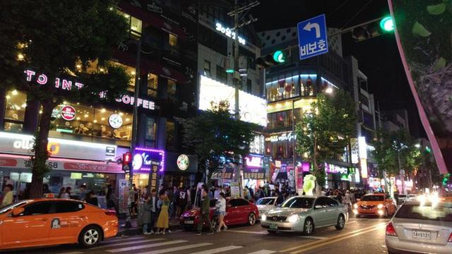 Đất nước không thiếu những khu phố ăn chơi xập xình nổi tiếng gần xa nhưng len lỏi trong đó là sự kiệt sức của con người Hàn Quốc - Ảnh 3.