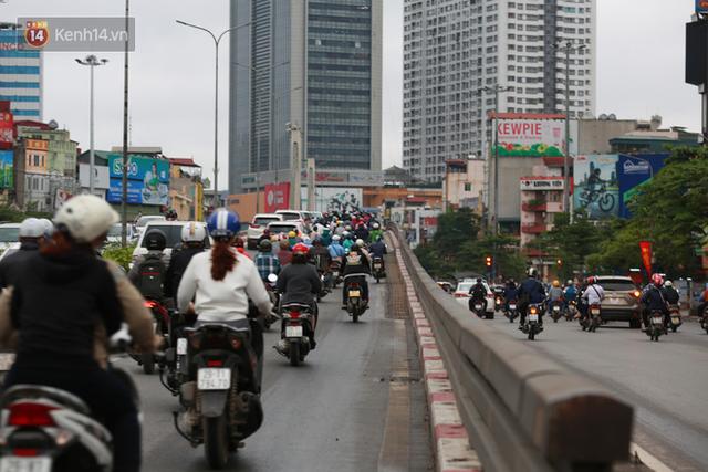 Ảnh: Ngày đầu tiên sau khi nới lỏng cách ly xã hội, đường phố Hà Nội đông đúc kéo dài, người dân chật vật đi làm dưới mưa - Ảnh 4.