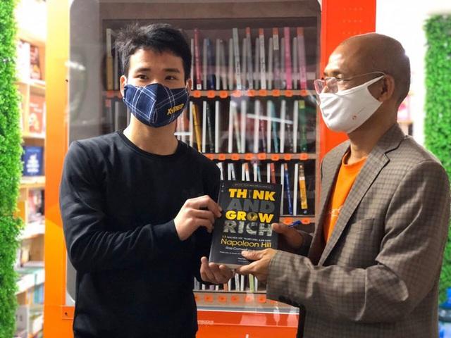 Cây ATM sách đầu tiên trên thế giới ra mắt tại Hà Nội: Tri thức sẽ giúp con người thoát nghèo bền vững - Ảnh 2.