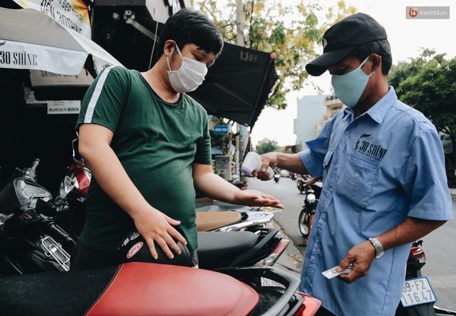 Người Sài Gòn đổ xô đi cắt tóc sau 3 tuần giãn cách xã hội, tiệm tóc phải từ chối khách vì quá đông - Ảnh 1.